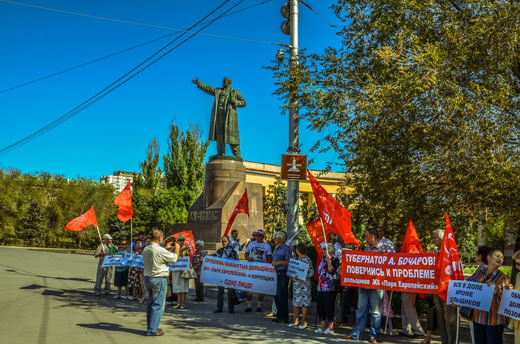 Demonstracja Komunistow pod pomnikiem Lenina!