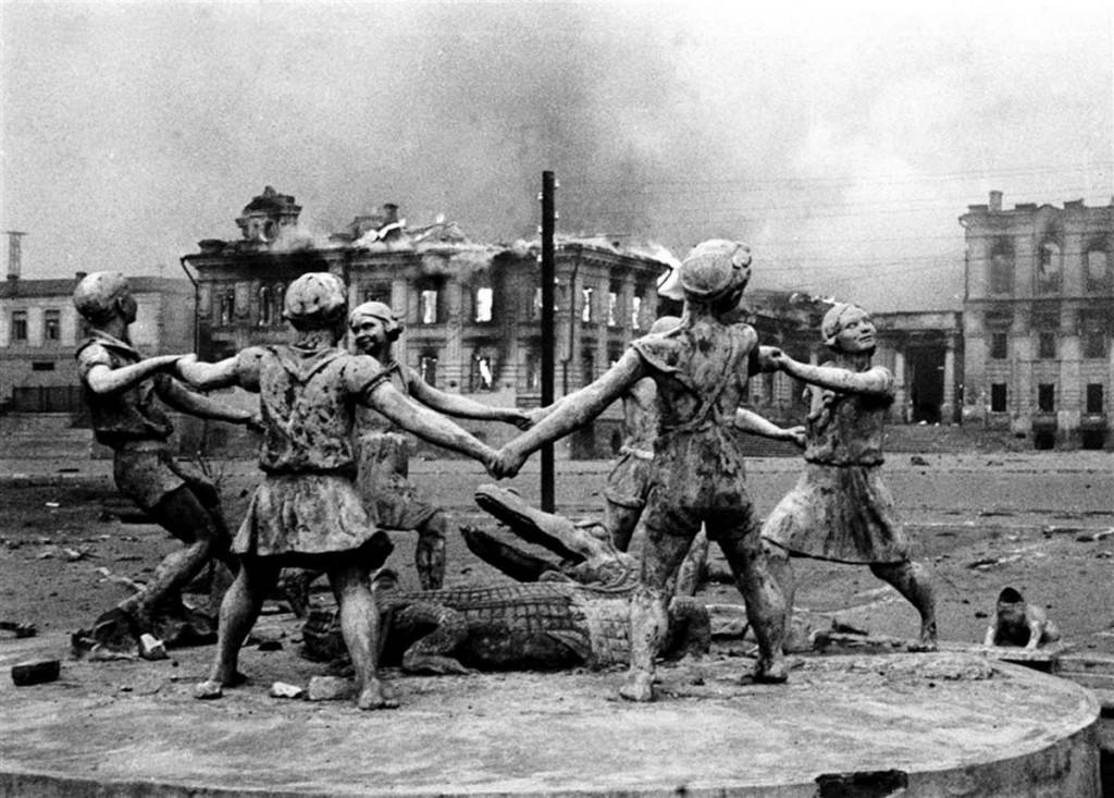 Zdjęcie fontanna Barmalej wykonane przez korespondenta Emmanuiła Jewzierichina w 1942 roku po nalocie niemieckiego lotnictwa na Stalingrad