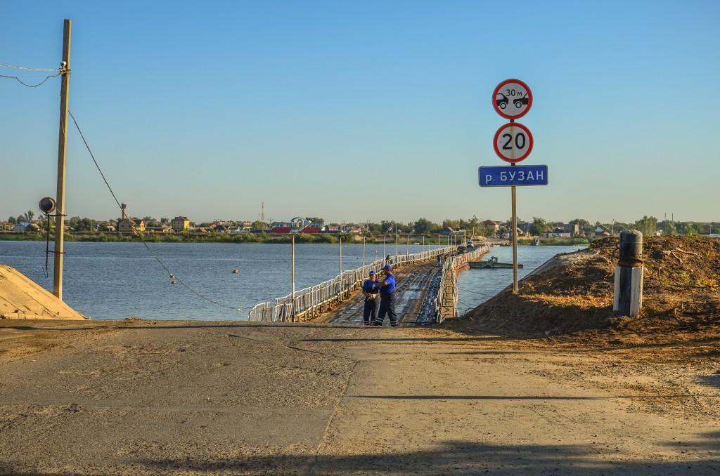 Most pontonowy na rzece Buzan w delcie Wolgi