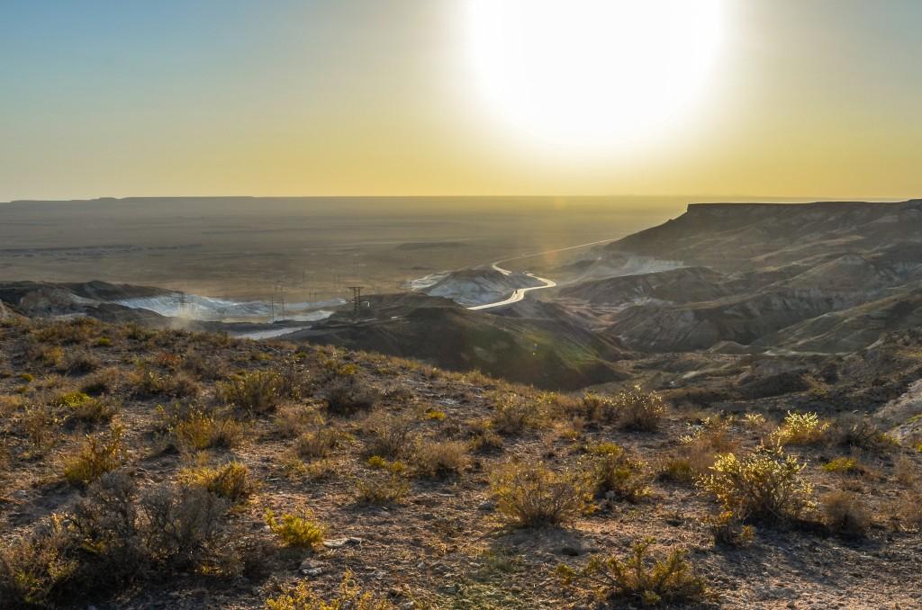 """Dojeżdżamy do krańca płaskowyżu Ustiurt, do tzw przełęczy Manata. Plato Ustiurt ograniczone jest ze wszystkich stron stromymi rozczłonkowanymi krawędziami nazywanymi """"czinkami Ustiurta"""". Przed nami półwysep Mangyszłak."""