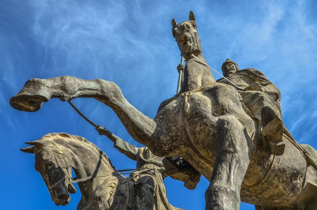 Na szczycie skały znajduje się pomnik dwóch bohaterów – Isy Tlenbajewa i Dosana Tażijewa. Byli to przywódcy powstania Adajców z 1870 roku przeciwko Imperium Rosyjskiemu. Adajowie to Kazachski ród zamieszkujący obszar Mangystau.