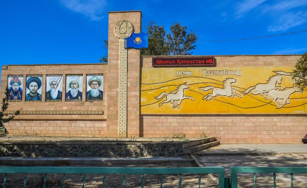 """W wielu kazachskich miastach spotkać można takie pomniki z obliczami """"ojców założycieli"""" Kazachstanu. Od lewej: Abyłaj-chan, Abułachir-chan – bohaterowie walki Chanatu Kazachskiego z Dżungarami (XVIIIw), oraz bejowie: Tole-bij, Kazybek-bij i Ajteke-bij – autorzy ujednoliconego kodeksu prawa z początku XVIII w – tzw. """"Żety-Żargi""""."""