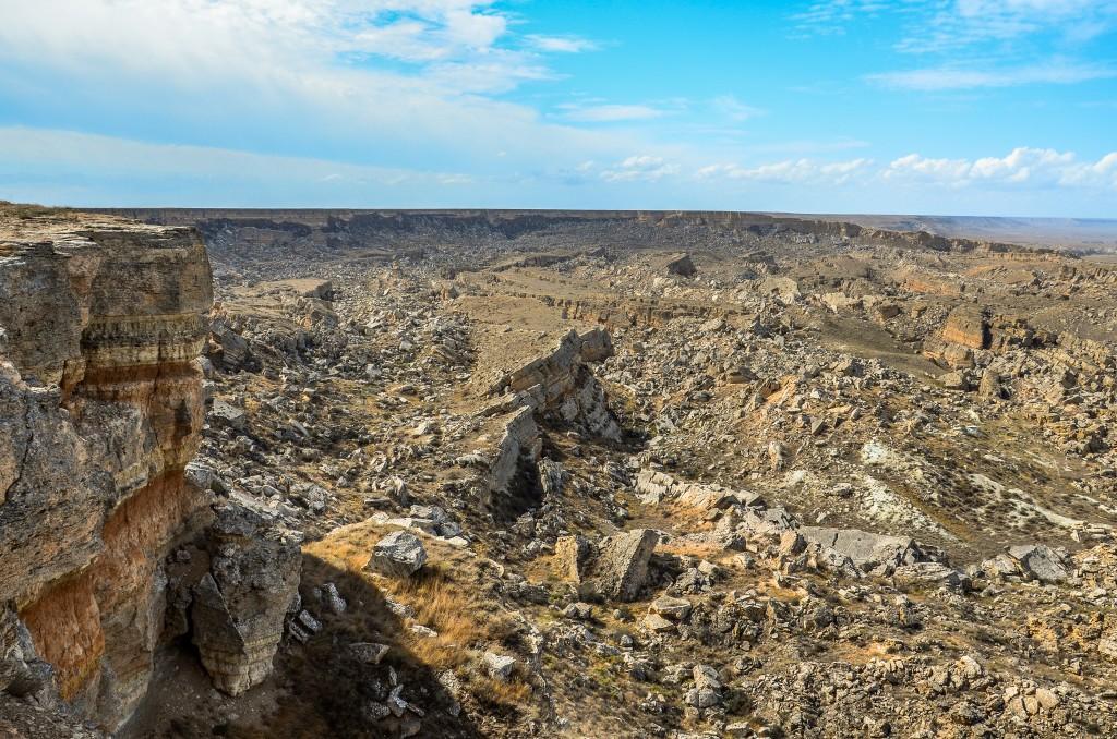 Osuwisko we wschodniej części odsłoniło warstwę twardych iłów zawierających odciski kopyt wymarłych koni z rodzaju prawdopodobnie Hipparion i Merychippus oraz łap kotów szablozębnych z rodziny Machairodus sprzed około 10-15 milionów lat temu.