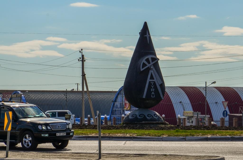 Atyrau kazachstan. Pomnik kropli ropy.