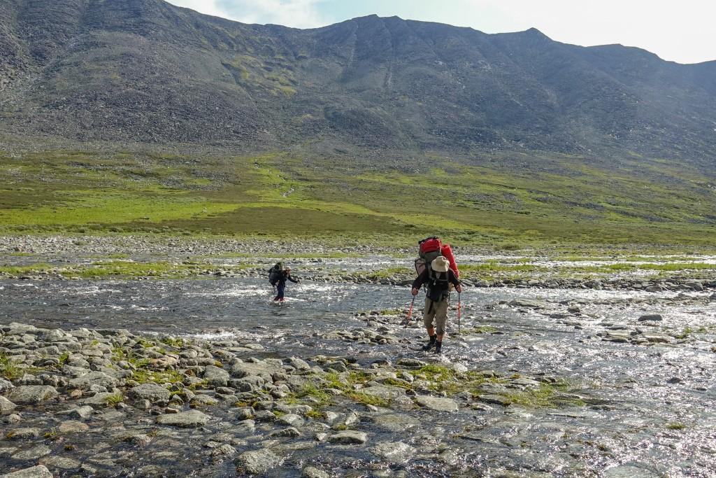 przechodzenie przez bród w górach Ural Subpolarny