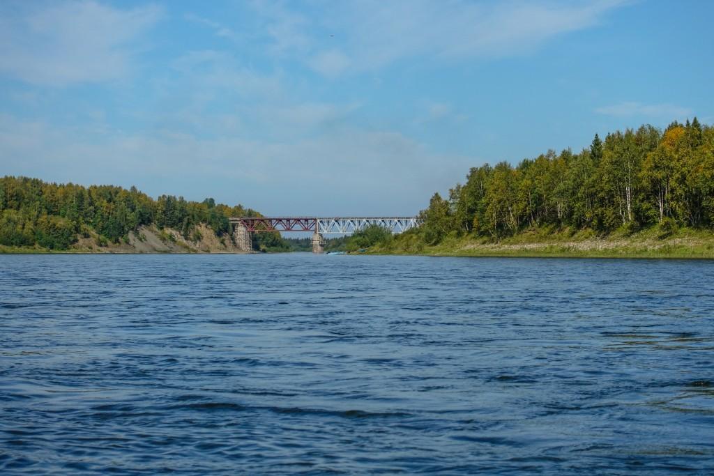 Most kolejowy na rzece Kożym. Ural Rosja